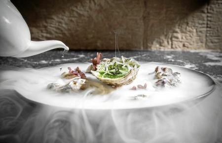 """Nicht nur optisch ein Genuss: Mallorcas Küche zieht Gourmetliebhaber an. Hier zu sehen: Simon Petutschnigs """"Grünes Ei mit Trüffel und Erbsenschaum""""."""