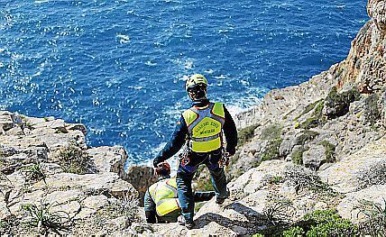 Einsatzkräfte mussten eine Klippe hinabsteigen, um den Toten zu bergen.