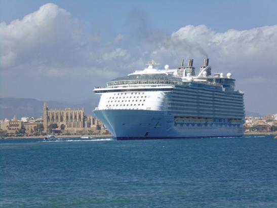 Oceanliner im Hafen von Palma.