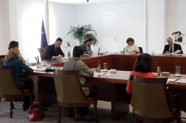 Pedro Sánchez bei der Unterzeichnung des Dekrets über den Alarmzustand.