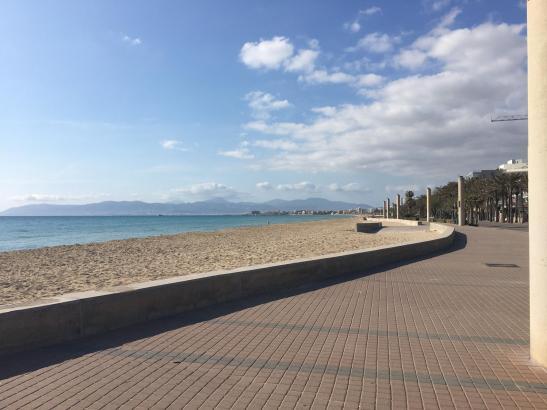 Die Playa de Palma zeigte sich am Sonntagnachmittag sonnig, breit und - menschenleer.