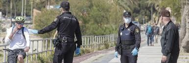Polizisten beim Kontrollieren von Passanten, die illegal unterwegs sind.