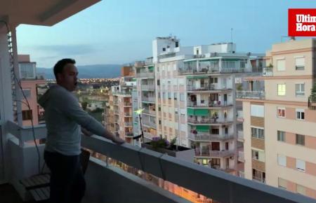 Antoni Lliteres singt jeden Abend einige Minuten auf seinem Balkon.