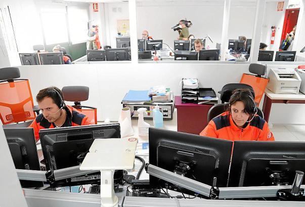 In der 061-Zentrale werden die Anrufe in mehreren Sälen entgegengenommen.