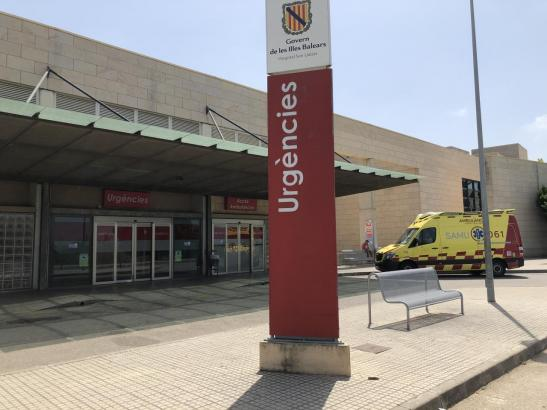 Blick auf den Eingang eines Krankenhauses auf Mallorca.