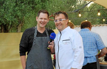 De Auftakt zum neuen Format war vielversoprechend, dann kam Corona dazwischen. Sonnenklar-TV-Moderator Björn Kasper (l.) und Goodbye-Deutschland-Auswanderer Jens Becher auf der Eventfinca in Portocolom.