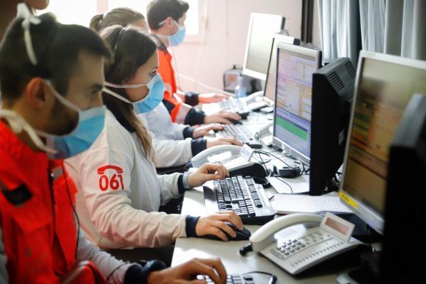 Mitarbeiter des Telefonservices 061 im Einsatz.