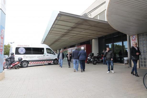 Vor dem Eingang zum Krankenhaus Son Espases in Palma de Mallorca.
