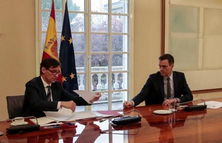 Pedro Sänchez (r.) uind Gesundheitsminister Salvador Illa.