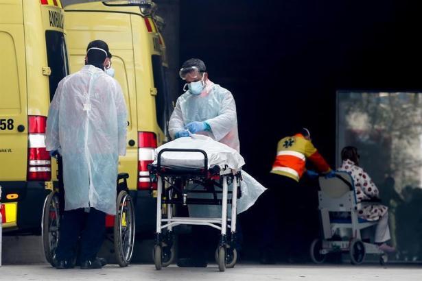 Ein Corona-Opfer wird ins Krankenhaus gebracht.