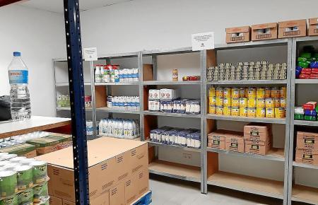 Essen und Hilfsmittel werden von sozialen Organisationen wie Caritas weiterhin verteilt.