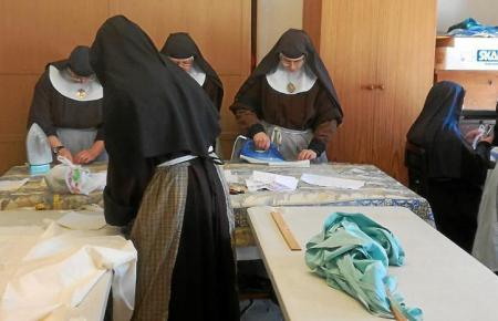 Die Klarissen-Nonnen in der klösterlichen Nähwerkstatt.