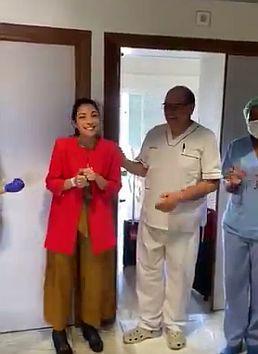 Eine überglückliche Patientin.