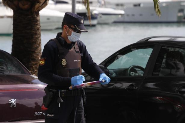 Polizist bei einer Fahrzeugkontrolle auf Mallorca.