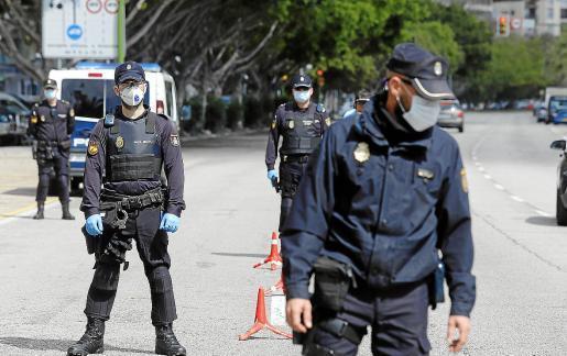 Die Polizei kontrolliert in allen Teilen der Insel die Umsetzung der Ausgangssperre.