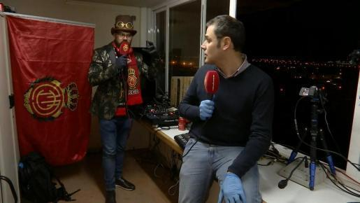 """Jaume Colombàs y Albert Salas moderierten das Programm """"Planta 5: Guanyarem al Covid-19'. Die Sendung wurde vom Son Moix Stadion gesendet."""