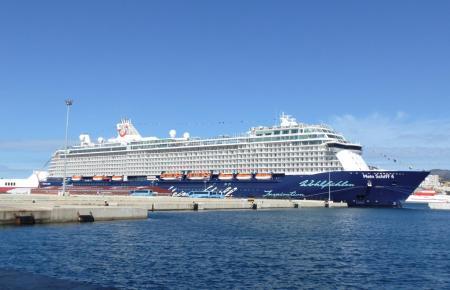 """Die """"Mein Schiff 4"""" zu Gast im Hafen von Palma."""