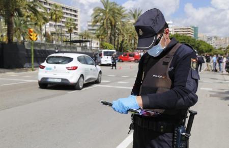 Ein Polizist kontrolliert Autofahrer auf dem Paseo Marítimo in Palma.