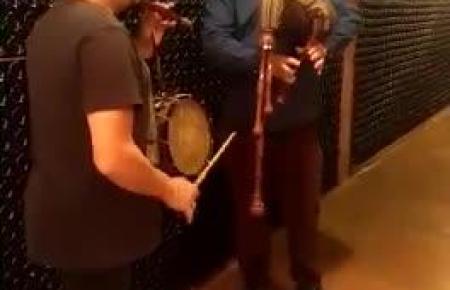 Ramon Servalls und ein Freund spielen im Weinkeller traditionelle mallorquinische Musik.