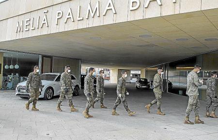Militärs vor dem Hotel Palma Bay neben dem Kongresspalast.