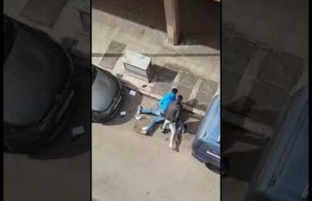 Nachbarn filmten die Festnahme vom Balkon.