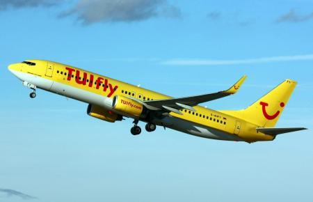 Startendes Tuifly-Flugzeug.