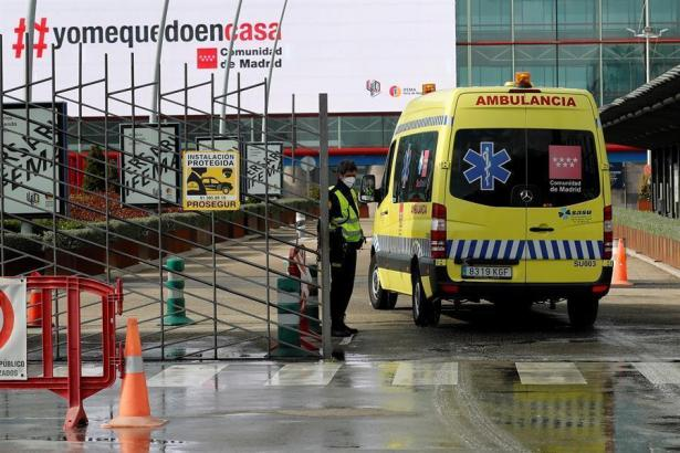Krankenwagen fährt auf ein Krankenhaus-Gelände.