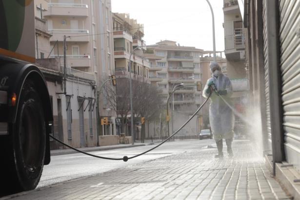 Desinfizierarbeiten im Zentrum von Palma.