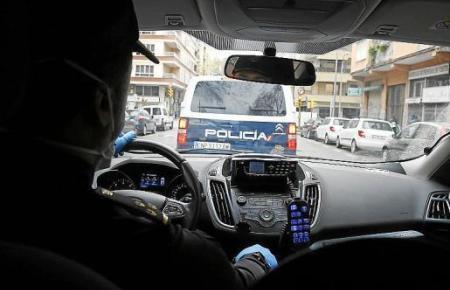 Die Polizei nahm die Frau fest, nachdem sich herausgestellt hatte, dass sie Hausfriedensbruch und Diebstahl begangen hatte.