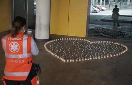Lichter zum Gedenken an die Coronatoten vor dem Krankenhaus Son Espases.