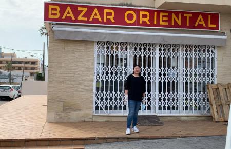 Xiao Mei Yao vor ihrem Geschäft in Cala Rajada.