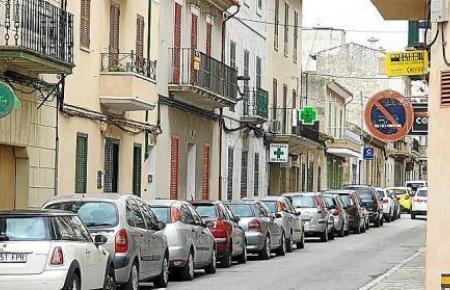 In Lloseta sind die Bewohner nicht verpflichtet, die Autos umzuparken. Die Schilder, die dies normalerweise anzeigen, sind zugeklebt. Dies gilt jedoch nicht für alle Gemeinden.
