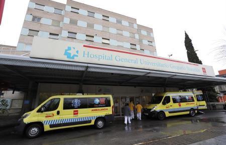 Krankenwagen vor einem spanischen Krankenhaus.