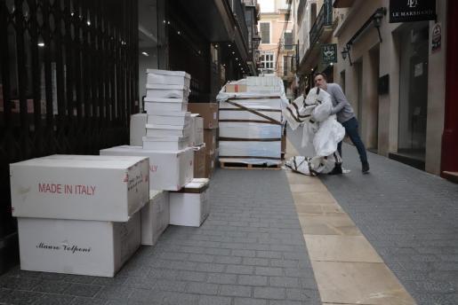 Auch wenn alles ungewiss ist: Ein Händler lässt sich in Palmas Altstadt Schuhe fürs Sommergeschäft liefern.