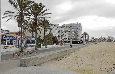 Die Playa de Palma ist dieser Tage wie leergefegt.
