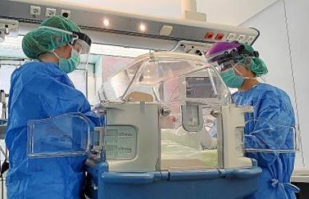 Um eine Ansteckung des Krankenhauspersonals zu vermeiden, verlief die Geburt mit besonderen Isolationsmaßnahmen.
