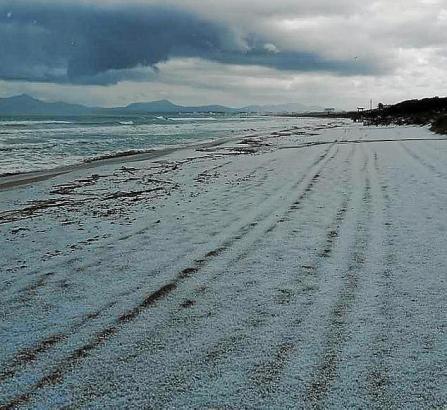 Die weiß gefärbte Playa de Muro.