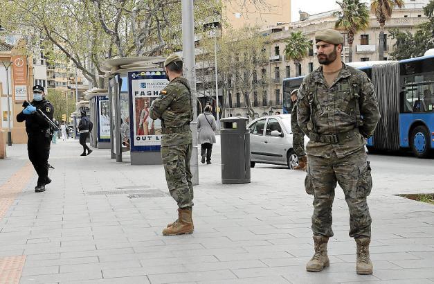 Präsentes Bild auf Mallorca: Polizei und Militär kontrollieren die Einhaltung der Sicherheitsmaßnahmen während des Alarmzustands.