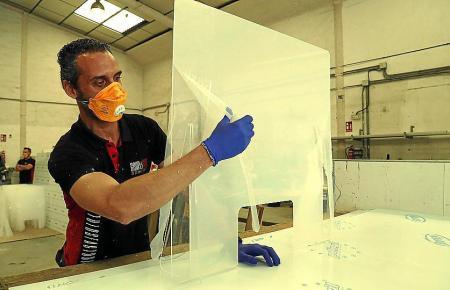 Die Hersteller von Plexiglas-Scheiben haben viele Abnehmer.