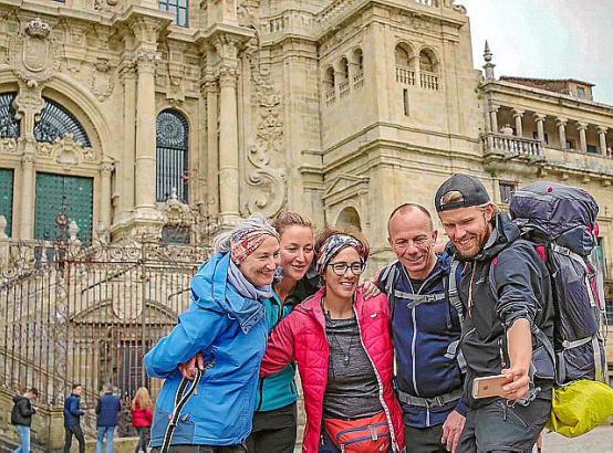 Es ist geschafft: Vor der großen Kathedrale in Santiago de Compostela machen die Pilger (v.l.: Brigitte, Anikó, Monika, Armin und Michael) natürlich noch ein Selfie.