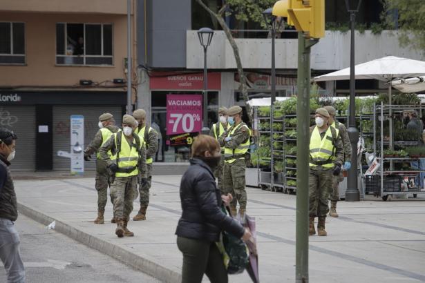 Außer Militärs und Polizisten bewegen sich eher wenige Menschen auf den Straßen.