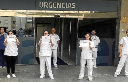 Sanitätskräfte vor einem Krankenhaus auf den Balearen.