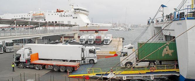 Per Schiff wird Mallorca mit Waren versorgt.