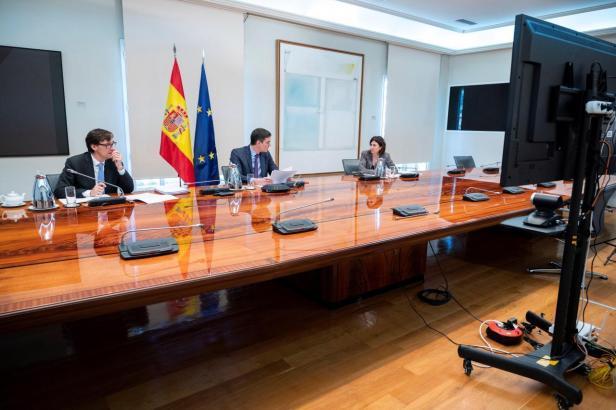 Spaniens Ministerpräsident Pedro Sánchez (M.) hat sich am Samstag unter anderem mit Gesundheitsminister Salvador Illa und Expertin María José Sierra besprochen.