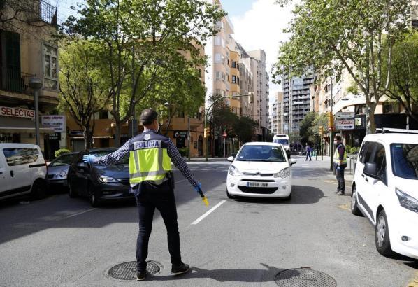 Die Verlängerung der Ausgangssperre bedeutet auch, dass die Polizei länger stark auf den Straßen kontrolliert.