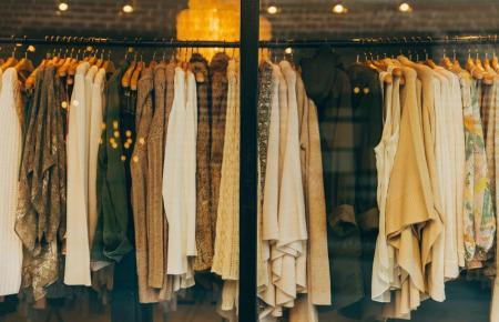 Auch in einem Kleiderständer hält es der Keim einige Zeit aus.