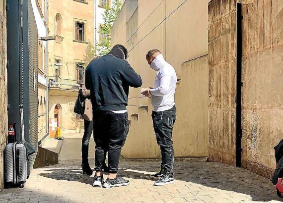 Die beiden Italiener vor dem Gerichtsgebäude.