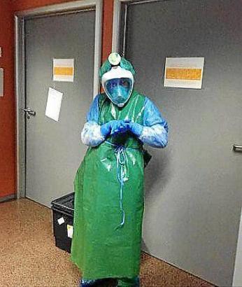 Ein Krankenhausmitarbeiter mit einer umgearbeiteten Tauchermaske.