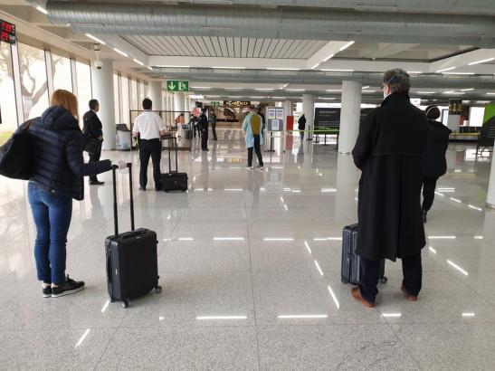 Wartende Passagiere im verwaisten Mallorca-Airport.