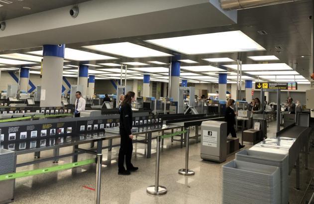 Kaum Betrieb herrscht zur Zeit an der Sicherheitsschleuse des Airports von Palma. Reiseveranstalter hoffen, dass sich das zumindest im Spätsommer ändert.